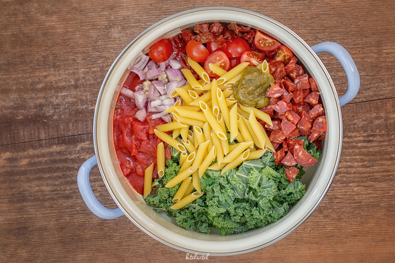 Chorizo und Federkohl mit Penne Roh