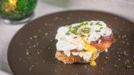 Pochierte Eier mit Brie und Trockenfleisch-1